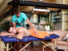 Twink comes to massage and gets hotly excited by handsome masseur